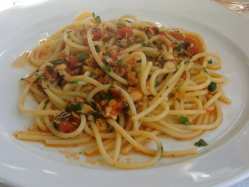 Spaghetti with mussels, chilli, tomato