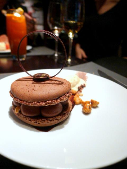 L'Atelier de Joël Robuchon - Chocolate macaroon