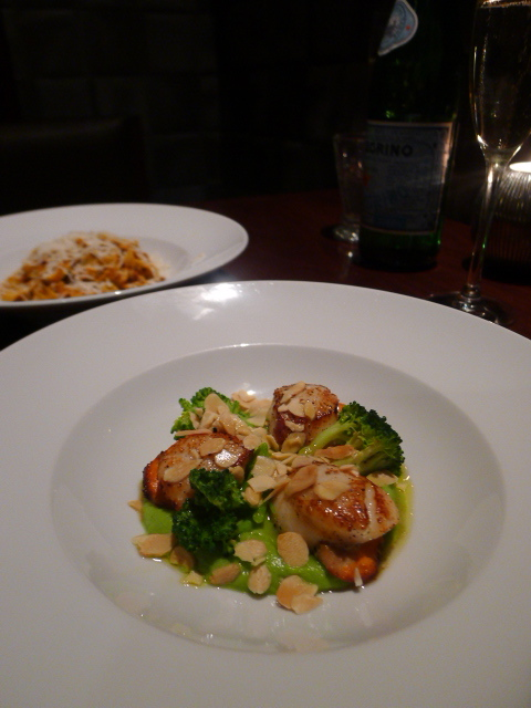 Diciannove - Capesante su pure di broccoli - pan-fried scallops served with broccoli puree and toasted almonds